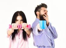 Le couple, famille offre la source d'énergie alternative Couples dans l'amour dans le pyjama, support de peignoir d'isolement sur Photos stock