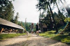 Le couple fonctionne sur la route dans la nature avec le chien Images stock