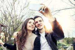 Le couple gentil détend et a plaisir à mettre leurs mains  Photographie stock libre de droits