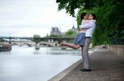 Le couple heureux étreint près de l'eau Image stock