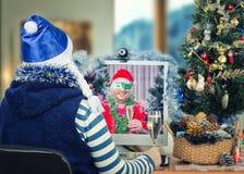 Le couple heureux célèbre Noël en ligne Photographie stock