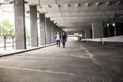 Le couple heureux dans l'amour passe par un garage vide Image stock
