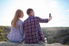Le couple heureux de jeunes touristes fait la photo de selfie en nature Voyage d'été avec aimé Selfie de montagne en été Photos stock