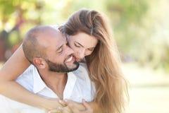 Le couple heureux embrasse dehors Photo stock