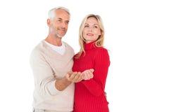 Le couple heureux jugeant leur distribue Photographie stock