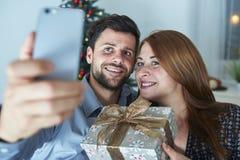 Le couple heureux prend un selfie avec le cadeau Photo libre de droits