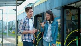 Le couple heureux se réunit à l'arrêt de tram hauts fives à chacun banque de vidéos