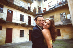 Le couple heureux sourit dans la cour de la vieille maison Images stock