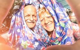 Le couple heureux supérieur prenant un selfie à la semaine vêtx le marché Image stock