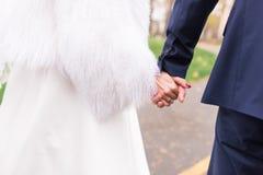 Le couple heureux tient des mains de l'un l'autre Jour du mariage Concept d'union, d'appui et d'avenir Photos stock
