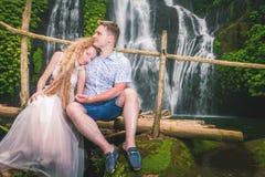 Le couple heureux voyage à la cascade, Indonésie bali Photo stock