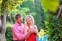 Le couple l'épouse aux messages dans votre téléphone portable Photos libres de droits