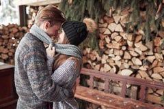 Le couple a l'amusement et rit baiser Jeunes couples de hippie s'étreignant en parc d'hiver Histoire d'amour d'hiver, un beau Photographie stock libre de droits
