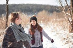 Le couple a l'amusement et rit baiser Jeunes couples de hippie s'étreignant en parc d'hiver Histoire d'amour d'hiver, un beau Images libres de droits