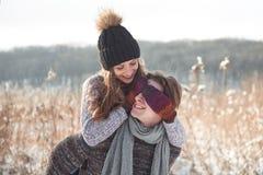 Le couple a l'amusement et rit baiser Jeunes couples de hippie s'étreignant en parc d'hiver Histoire d'amour d'hiver, un beau Photo stock