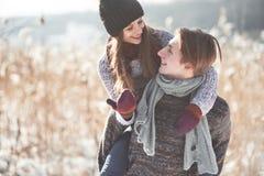 Le couple a l'amusement et rit baiser Jeunes couples de hippie s'étreignant en parc d'hiver Histoire d'amour d'hiver, un beau Photos stock