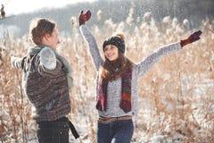 Le couple a l'amusement et rit baiser Jeunes couples de hippie s'étreignant en parc d'hiver Histoire d'amour d'hiver, un beau Image libre de droits