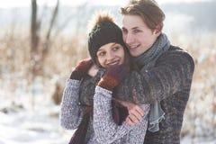 Le couple a l'amusement et rit baiser Jeunes couples de hippie s'étreignant en parc d'hiver Histoire d'amour d'hiver, un beau Photos libres de droits
