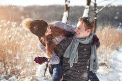 Le couple a l'amusement et rit baiser Jeunes couples de hippie s'étreignant en parc d'hiver Histoire d'amour d'hiver, un beau Photo libre de droits