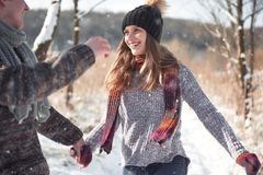 Le couple a l'amusement et rit baiser Jeunes couples de hippie s'étreignant en parc d'hiver Histoire d'amour d'hiver, un beau Image stock
