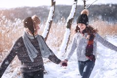 Le couple a l'amusement et rit baiser Jeunes couples de hippie s'étreignant en parc d'hiver Histoire d'amour d'hiver, un beau Photographie stock