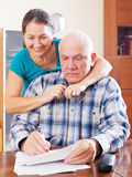 Le couple mûr complète le papier Photos stock