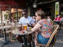 Le couple mange au café de trottoir dans 5e l'arrondissment, Paris Photo stock