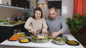 Le couple mange le dîner ensemble à la table à la maison dans la cuisine banque de vidéos