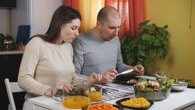 Le couple mange le dîner ensemble à la table à la maison dans la cuisine clips vidéos