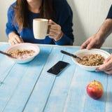 Le couple mange du gruau avec du yaourt concept sain de petit déjeuner Photographie stock