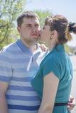 Le couple marche autour de la ville Photographie stock