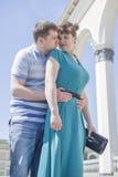 Le couple marche autour de la ville Photos libres de droits