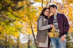 Le couple marche en stationnement Photographie stock