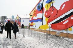 Le couple marche par la piste de patinage en parc de Gorki à Moscou Photographie stock libre de droits
