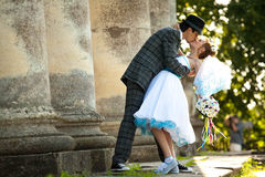 Le couple mignon d'engagement embrasse sur les colonnes de fond et Photo libre de droits
