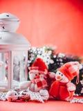 Le couple mignon de petits bonhommes de neige se tient près de la lanterne féerique blanche avec un coeur de jouet sur lui et la  Images libres de droits