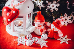 Le couple mignon de petits bonhommes de neige se tient près de la lanterne féerique blanche avec un coeur de jouet sur lui et la  Photo libre de droits
