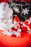 Le couple mignon de petits bonhommes de neige se tient près de la lanterne féerique blanche avec un coeur de jouet sur lui et la  Image stock