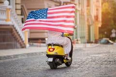 Le couple monte un scooter Photographie stock