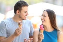 Le couple parlant et mangeant le crème Photo stock