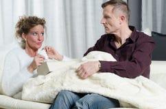 Le couple parle - elle est malade Images stock