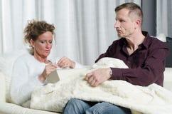 Le couple parle - elle est malade Photographie stock