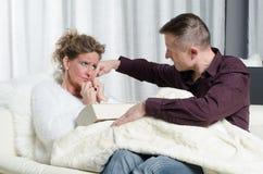 Le couple parle - elle est malade Image stock