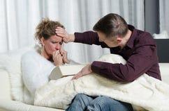 Le couple parle - elle est malade Photo stock