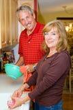 Le couple partage des corvées Photos libres de droits