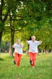 Le couple plus âgé est engagé dans les sports en nature Images libres de droits