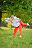 Le couple plus âgé est engagé dans les sports en nature Photos libres de droits