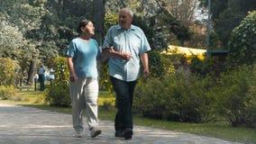 Le couple plus âgé marche en parc banque de vidéos