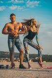 Le couple pompant muscles dehors Concept tandem de séance d'entraînement, de sport et de forme physique Fille blonde sexy et form Image stock