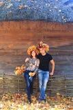 Le couple portant le gland jaune laisse des couronnes Photos libres de droits
